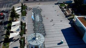 KOSZALIN, ПОЛЬША - 24-ое июля 2018 - воздушный отснятый видеоматериал фонтана на квадрате здание муниципалитета ` s Koszalin сток-видео