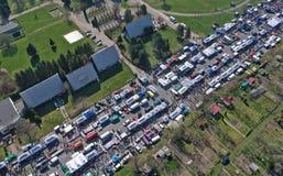 KOSZALIN POLEN - 07 APRIL 2019 - flyg- sikt på Koszalins Gielda den diverse söndag marknaden som fylls med folkmassor av köpar royaltyfria bilder