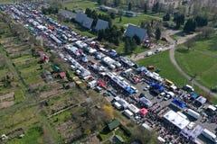 KOSZALIN POLEN - 07 APRIL 2019 - flyg- sikt på Koszalins Gielda den diverse söndag marknaden som fylls med folkmassor av köpar royaltyfri fotografi