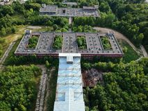 KOSZALIN, POLOGNE - 10 août 2018 - vue aérienne sur hôpital non fini de ville du ` s de Koszalin le vieil, secteur de rue de Lesn photos stock