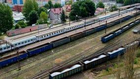 KOSZALIN, POLOGNE - 7 juillet 2018 - longueur aérienne du train de voyageurs partant de la station de train de ville du ` s de Ko banque de vidéos