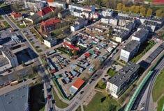 KOSZALIN, POLONIA - 1° APRILE 2019 - vista aerea sulla città Koszalin, area della rotonda di Solidarnosci con il mercato delle  fotografie stock libere da diritti