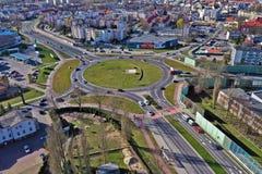 KOSZALIN, POLONIA - 1° APRILE 2019 - vista aerea sulla città Koszalin, area della rotonda di Solidarnosci con il negozio di Kom fotografie stock