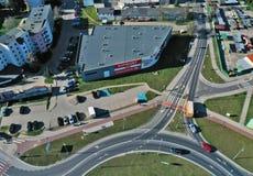 KOSZALIN, POLONIA - 1° APRILE 2019 - vista aerea sulla città Koszalin, area della via della rotonda e di Polczynska di Solidarn immagine stock libera da diritti