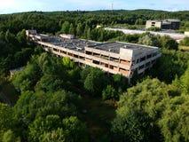 KOSZALIN, POLONIA - 10 agosto 2018 - vista aerea ospedale non finito della città del ` s di Koszalin sul vecchio, area della via  immagini stock libere da diritti