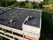 KOSZALIN, POLONIA - 10 agosto 2018 - vista aerea ospedale non finito della città del ` s di Koszalin sul vecchio, area della via  fotografia stock libera da diritti
