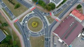 KOSZALIN, POLONIA - 24 de julio de 2018 - cantidad aérea del cruce giratorio en la calle de Morska en la ciudad Koszalin metrajes