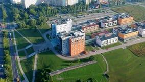 KOSZALIN, POLONIA - 24 de julio de 2018 - cantidad aérea del edificio del estudio de Politechnika Koszalinska en la calle de Snia metrajes