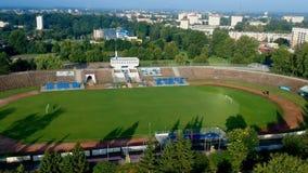 KOSZALIN, POLONIA - 24 de julio de 2018 - cantidad aérea del estadio de Gwardia en la ciudad Koszalin almacen de metraje de vídeo