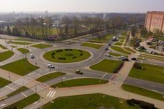 KOSZALIN, POLONIA - 30 MARZO 2019 - vista aerea sulla città Koszalin, area della rotonda di Jeza, ristorante di KFC, stadio di Gw fotografia stock libera da diritti