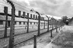 Koszaruje i drut kolczasty w koncentracyjnym obozie w Auschwitz P Fotografia Stock