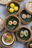 Kosze dimsum, chińczyk dekatyzowali jedzenie w bambusowym koszu zdjęcia royalty free