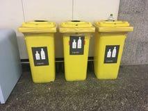 Kosze dla ciekłego odpady w lotnisku międzynarodowym obrazy stock