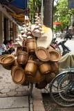 Kosze i kapelusze overloading bicykl w Bangkok, Tajlandia Zdjęcia Royalty Free