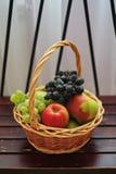 Kosze z jabłkami i winogronami, Kosze z owoc zdjęcia stock