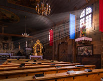 KOSZECIN,波兰2015年11月01日 :太阳的光芒照亮 库存图片