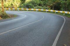 Koszowa asfaltowa droga w lesie i światło słoneczne przy Kaoyai, Korat Zdjęcia Stock