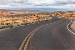Koszowa droga w pustyni i terenie górskim, usa Zdjęcia Stock