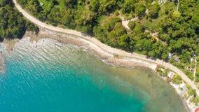 Koszowa wijąca droga wzdłuż wybrzeża Filipiny Widok z lotu ptaka Fotografia Stock