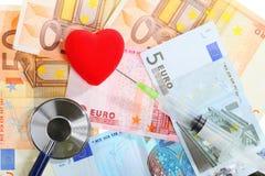Koszt opieka zdrowotna: stetoskopu czerwony serce na euro pieniądze Obraz Royalty Free