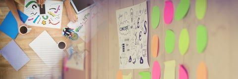 Koszt stały drużynowy działanie przy biurkiem z rozmytą kleistą notatki przemianą Fotografia Stock