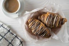 Koszt stały strzał świeżo piec croissants z kawą obraz stock