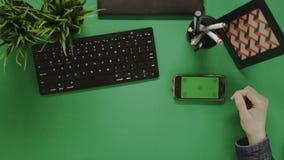 Koszt stały strzał mężczyzna używa jego smartphone z zieleń ekranem podczas kawowej przerwy zbiory wideo
