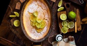 Koszt stały strzelał domowej roboty potrawka, pudding, cheesecake, mousse z wapnem w szklanym pieczenia naczyniu fotografia royalty free