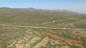 Koszt stały Szlakowy widok odludzie Z Roader na drodze gruntowej zdjęcie wideo