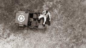 Koszt stały, truteń, patrzeje w dół na Męskim dowóca wojskowy w jednolity odpoczywać na plecy pojazd wojskowy Zdjęcia Royalty Free