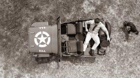 Koszt stały, truteń, patrzeje w dół na Męskim dowóca wojskowy w jednolity odpoczywać na plecy pojazd wojskowy Zdjęcie Stock