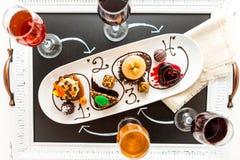Kosztować wina i pattie czekoladowi ciasta przy czekoladą Obrazy Royalty Free
