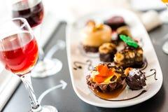 Kosztować wina i pattie czekoladowi ciasta przy czekoladą Zdjęcie Stock