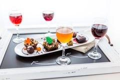 Kosztować wina i pattie czekoladowi ciasta przy czekoladą Fotografia Stock