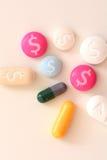 Kosztu opieki zdrowotnej pojęcie z stubarwnymi medycznymi lekami z dolara amerykańskiego symbolem Obraz Stock