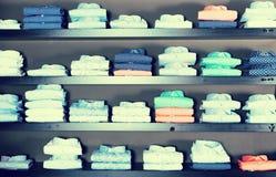 Koszula na shelfs w mężczyzna sklepie odzieżowym Obraz Royalty Free