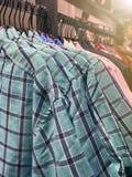 Koszula odzieżowy wieszak w sklepie zdjęcia royalty free