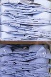 Koszula składać i brogowali wystawiają w okno na dwa półkach Obrazy Stock