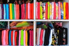 Koszulki na półce Zdjęcie Royalty Free