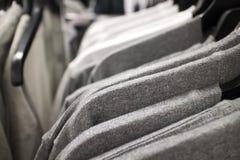 Koszulki na stojaku przy sklepem odzieżowy Zdjęcia Royalty Free