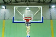 Koszykówki przejrzysty backboard z koszem w gym Zielony tło Bawi się temat kosmos kopii lampiony na suficie zdjęcie stock