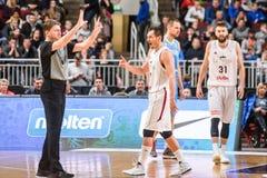 Koszykówka arbiter Blums w akci i Janis Obraz Royalty Free