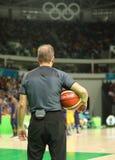 Koszykówka arbiter w akci przy grupy A koszykówki dopasowaniem między Drużynowym usa i Australia Rio 2016 olimpiad Zdjęcia Stock