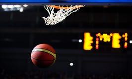 Koszykówka iść przez obręcza zdjęcia stock