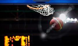 Koszykówka iść przez obręcza obraz stock