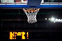 Koszykówka iść przez obręcza zdjęcie stock