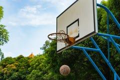Koszykówka iść w obręcz Obraz Royalty Free