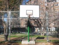 Koszykówka kosz z łamaną siecią obrazy stock