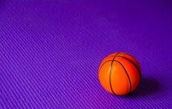 Koszykówka na purpury macie zdjęcia stock