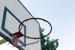 Koszykówka obręcz, kosz, niebo, sporta wyposażenie Obrazy Stock